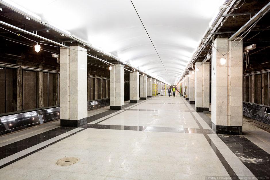 Станция «Спартак» по конструкции является обычной колонной трехпролетной станцией