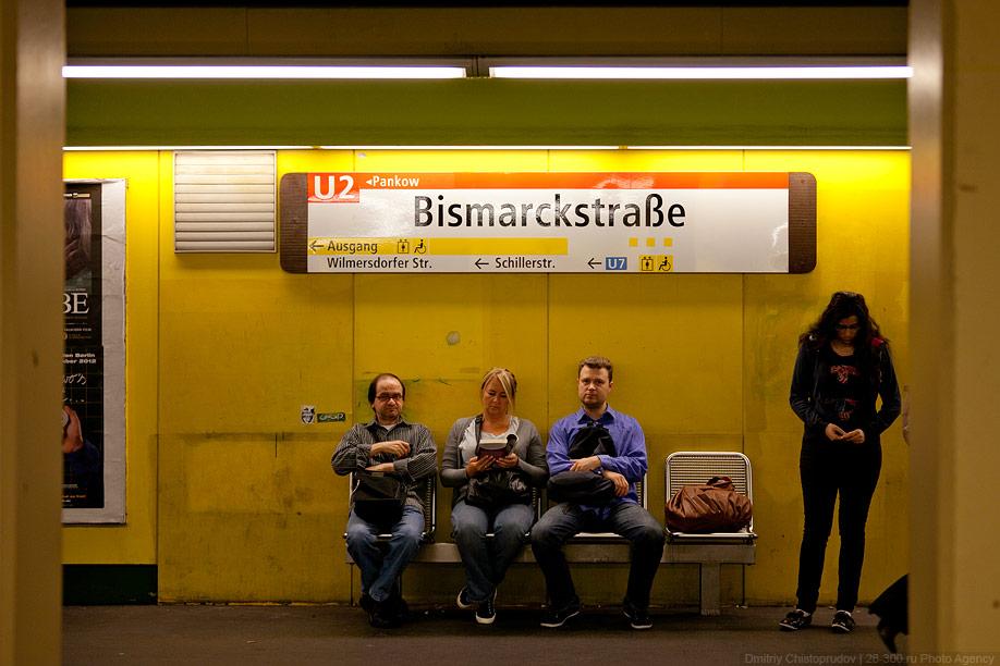 Схема метрополитена наклеена на потолок.  Это удобнее, чем наш московский полупрозрачный вариант с наклеиванием на...
