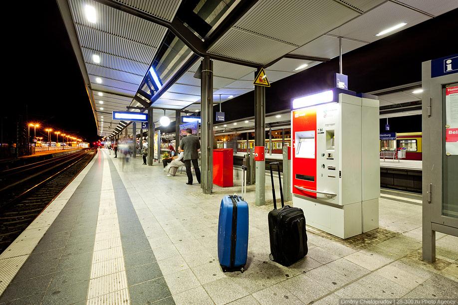 ...движения поездов, автоматы для продажи билетов, компостеры, карта города или части города, схема линий S- и U-Bahn.
