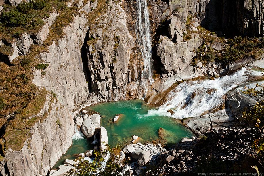 Воды бурной горной реки рёйс